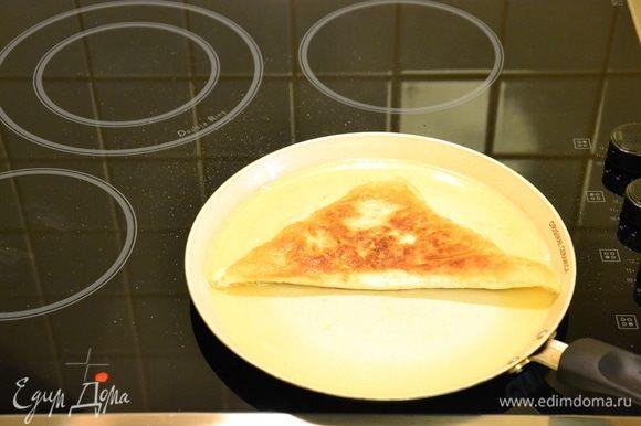 Жарить на сковороде до появления румяной корочки. Затем убрать на чистую салфетку, чтобы ушел излишний жир.