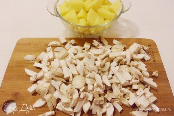 Картофель нарезать кубиками. Шампиньоны нарезать средними брусочками.