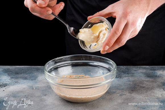 Добавьте майонез в массу и специи по вкусу.