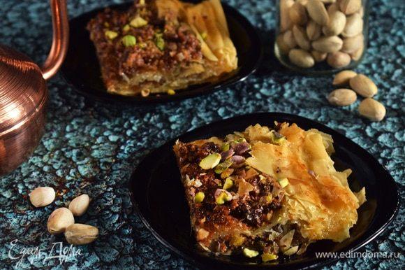 Посыпать отложенными орехами. Нарезать и подавать. Приятного аппетита!