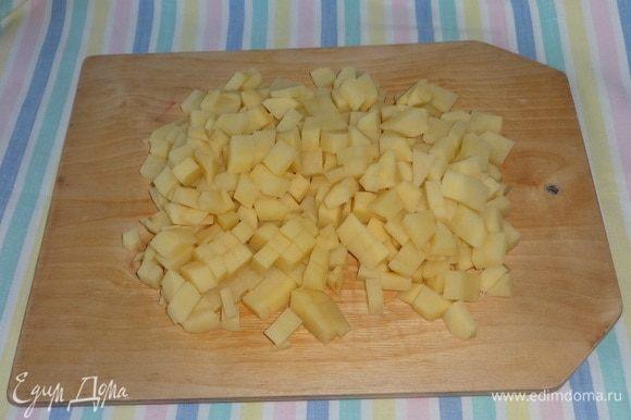 Картофель очистить, вымыть, нарезать кубиками.