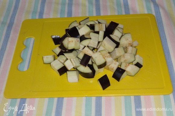 Все овощи вымыть, обсушить. Баклажан нарезать кубиками среднего размера.
