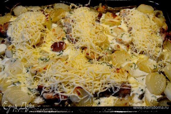 через 10 минут достать и сверху кусков мяса посыпать сыром.