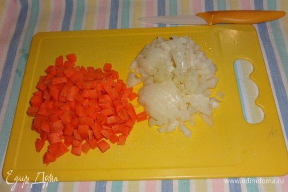 Морковь и лук очистить, вымыть, обсушить. Нарезать овощи мелкими кубиками.