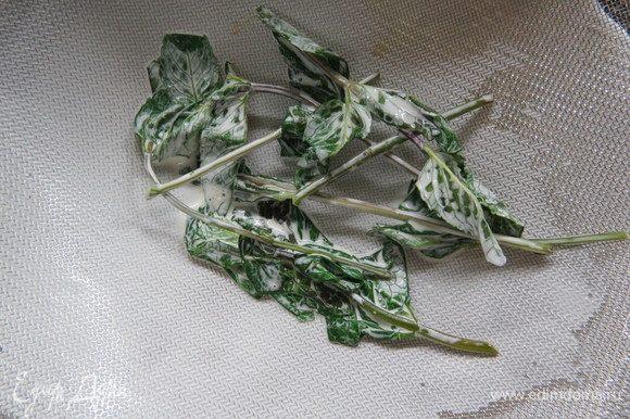 Сливки процедить от листочков мяты.