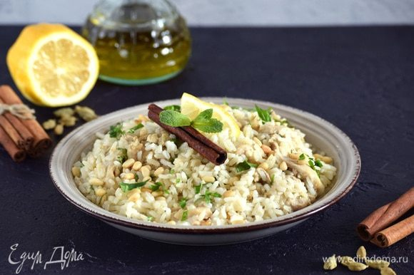Разложить плов по тарелкам. При подаче посыпать рубленой зеленью, украсить ломтиком лимона и листиком мяты. Приятного аппетита!