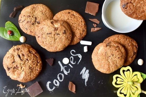 Выпекать печенье примерно 20 минут на среднем уровне духовки. Не передержите его в духовке, в этом маленькая хитрость данного печенья! Только в этом случае оно останется немного тягучим внутри, когда остынет. А через 20 минут у вас на столе вот такие симпатичные кругляши!