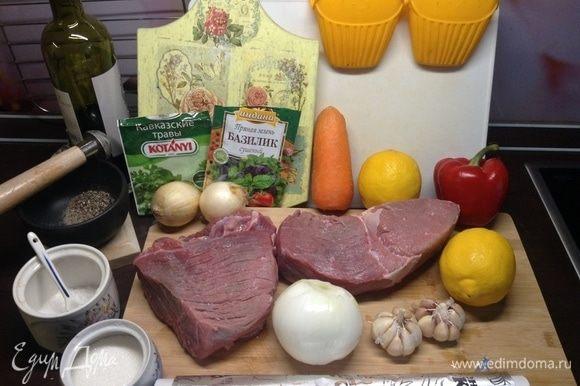 Окинем глазом основные составляющие. Мясо берем без жира, жилок, разрезаем так, чтобы потом в готовом продукте нарезку делать поперек волокон, тогда все, чем нашпигуем каждый кусочек, будет в срезе очень нарядно выглядеть.