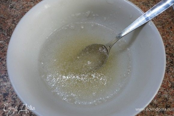 Желатин залейте половиной стакана холодной кипяченой воды и оставьте набухать. Пока будете готовить творог и фрукты, он приготовится. Останется только распустить на водяной бане.