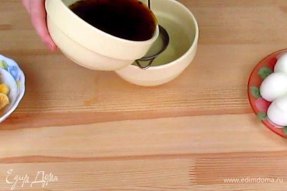 Процедите через ситечко заваренный чай, если вы заваривали рассыпной чай, а не в пакетиках.