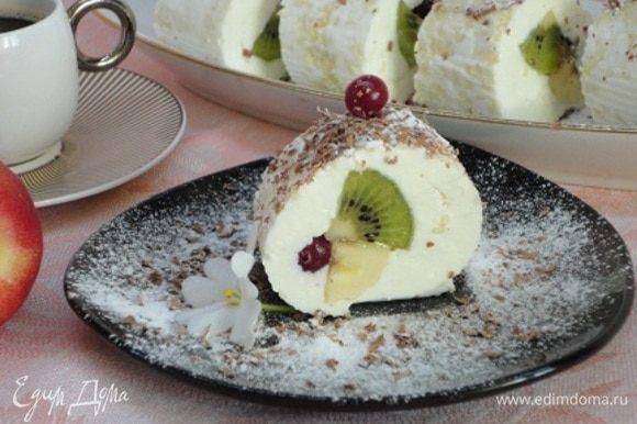 Нарезайте роллы ножом, смоченным в воде. Посыпьте сахарной пудрой и тертым шоколадом.
