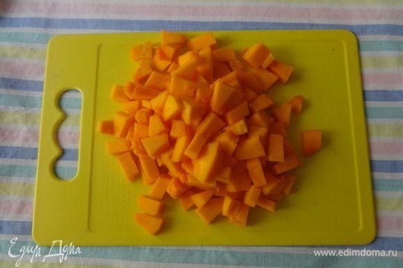 Овощи почистить, вымыть, обсушить. Тыкву нарезать мелкими кубиками.