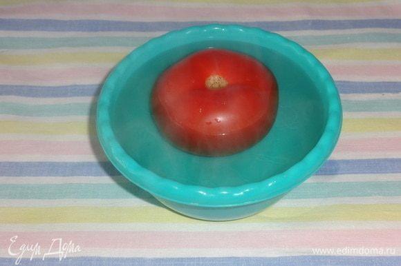 Помидор положить в миску и залить кипятком на 5 минут.