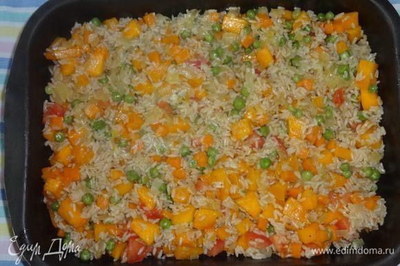 Оставшимся маслом смазать форму для запекания. Выложить рисово-овощную массу. Посыпать тимьяном и розмарином.