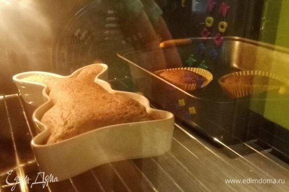 В разогретую до 180°C духовку отправляем кекс на 50–60 минут. Ориентируетесь по своей духовке, везде печет по-разному. Готовый кекс проверяйте зубочисткой, она должна быть сухой.