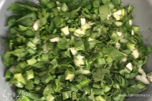В масло на сковороду отправить сперва зиру и кориандр, предварительно немного растерев специи пальцами. А после к ароматному маслу отправить всю зелень. Сначала кажется, что травок слишком много, но она быстро теряет свой объем под воздействием горячих температур.