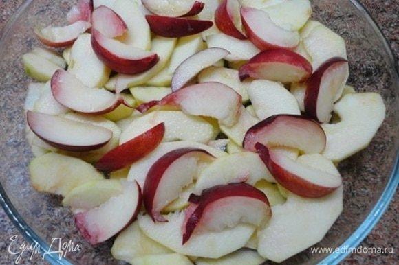 Включаем плиту для разогрева на 200°C. 2 крупных яблока (у меня сорт Симиренко) очистить от семян и нарезать дольками. Выложить в форму для запекания и полить лимонным соком. Сверху выложить дольки нектарина.