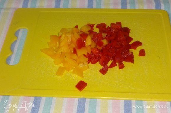 У перцев удалить семена, нарезать кубиками.