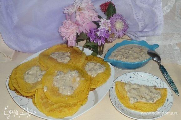 Выложить блинчики на блюдо, соус-крем — в соусницу. Сервируем стол и приглашаем всех к чаю. Приятного чаепития!