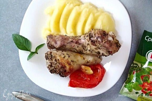 Подавать с любимым гарниром и свежим базиликом. У меня с курочкой обычно картофельным пюре.