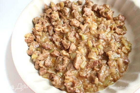 Переложить начинку в миску. Дать мясу с овощами остыть, убрать в холодильник до использования.