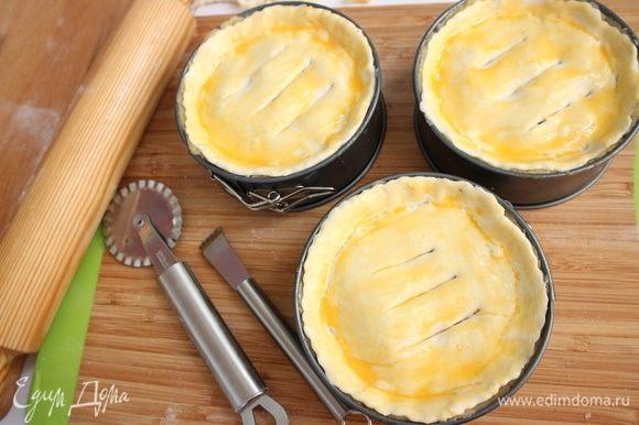 Смазать поверхность желтком с молоком, сделать несколько надрезов.