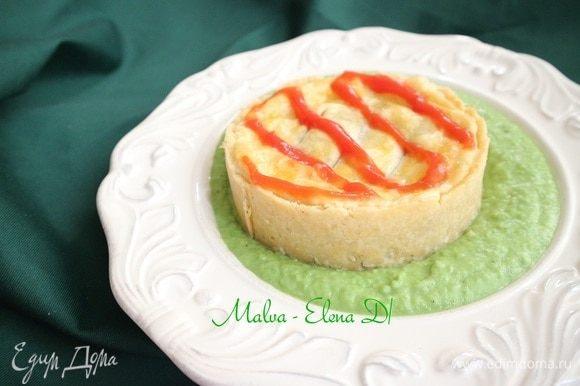 Верх пирога украсить полосками или зигзагами из томатного соуса.