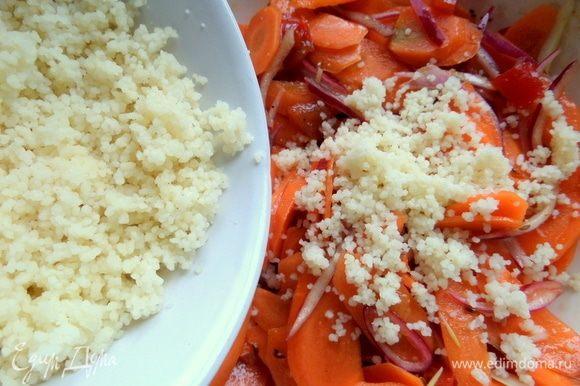 Кускус готов, взрыхлить его вилкой и добавить в салат.