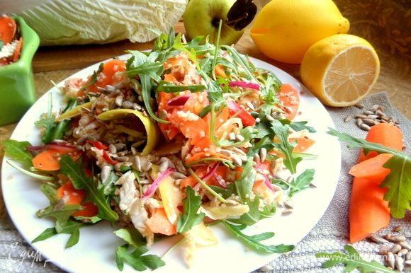 Перемешать, насыпать салат горкой, добавить сверху семечки.