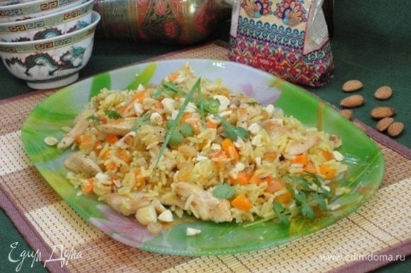 К готовому рису с овощами добавляем мясо и изюм. Перемешиваем и убираем с огня. Подаем с любимой зеленью. Для меня здесь идеально подходит кинза.