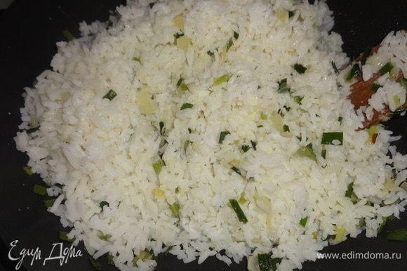Добавить рис, влить сливки и тушить несколько минут до испарения сливок.