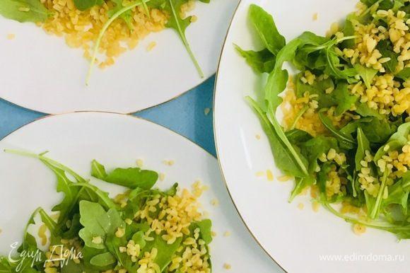 Когда все ингредиенты подготовлены, собираем салат в произвольном порядке. Добавляем специи по вкусу и заправляем слегка оливковым маслом (можно добавить чайную ложку соевого соуса по желанию).