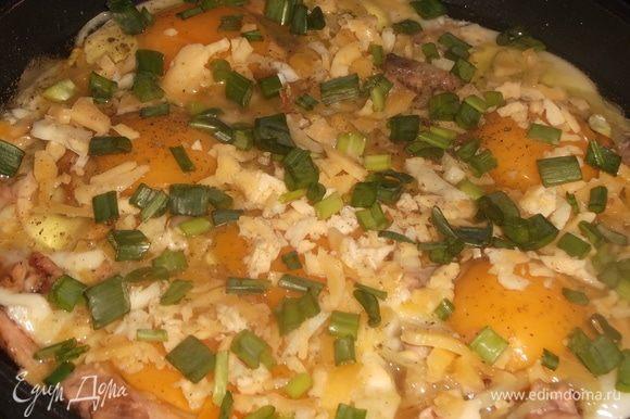 Посыпать измельченным сыром и зеленым луком. Жарить до готовности.