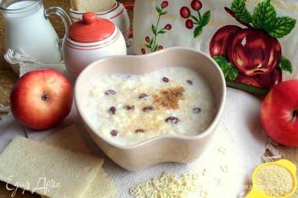 Готовый суп разлить по порциям, сверху посыпать коричневым сахаром.