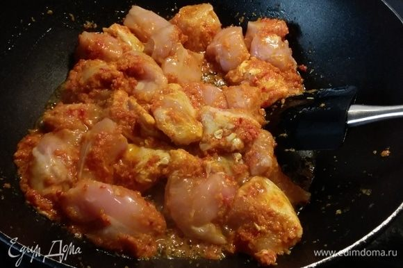 Выложить курицу, звездочку аниса и обжарить в течение нескольких минут.