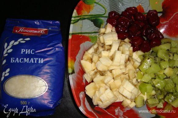 Бананы и киви почистить и нарезать небольшими кубиками. Из вишни удалить косточки.