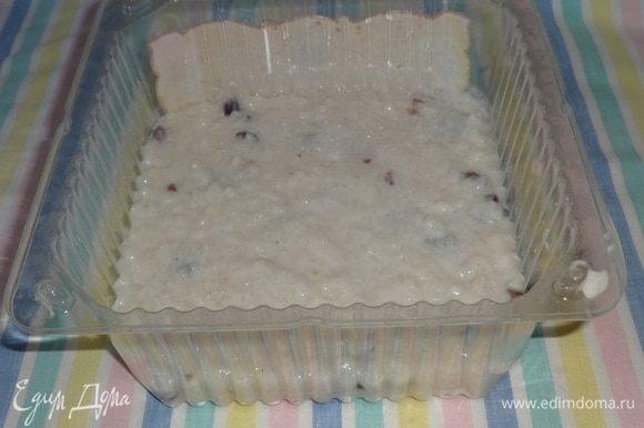 Раствор желатина разделить на 3 части. Первую часть соединить с остывшей рисовой кашей и выложить в форму. В качестве формы я использовала упаковку из-под торта. Поставить форму с кашей в морозилку на 5 мин.