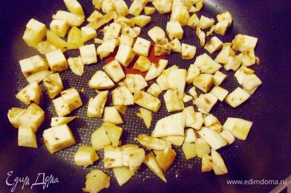 Для более яркого вкуса начинки измельченную мякоть от баклажанов обжарить на сковороде на оливковом масле.