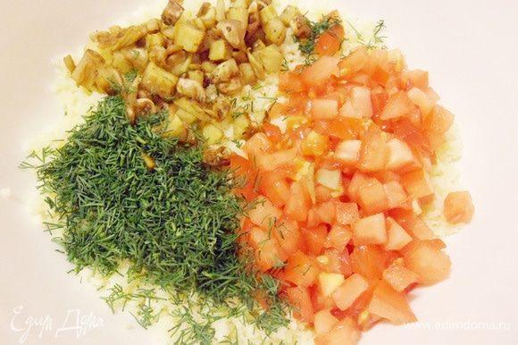 В миску с кускусом добавить помидоры и обжаренную мякоть баклажанов. Удалить грубые стебли укропа, зелень мелко порубить и тоже добавить к кускусу.
