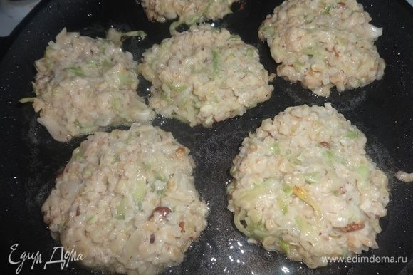 На сковороде разогреть оставшееся растительное масло. Выкладывать ложкой оладьи круглой или овальной формы. Обжаривать 2–3 мин с одной стороны.