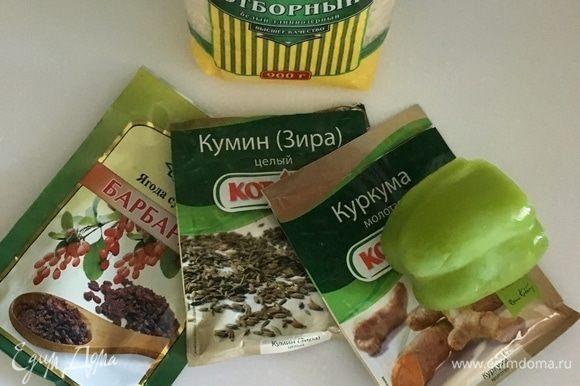 Обязательно в узбекском супе присутствуют ароматные специи. Зира, куркума и барбарис. Причем зиру и куркуму добавляем сразу в горячее масло к луку, моркови и чесноку. А барбарис — в самом конце варки.