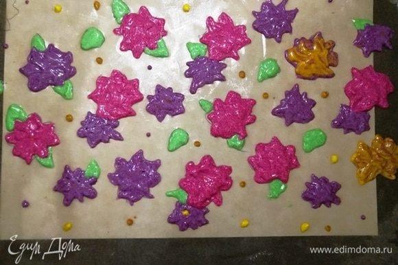 Докрашиваем цветы. На пару цветков не осталось розового и фиолетового теста, я сделала желтые цветы. Думаю, ничего страшного. Убираем противень в холодильник.