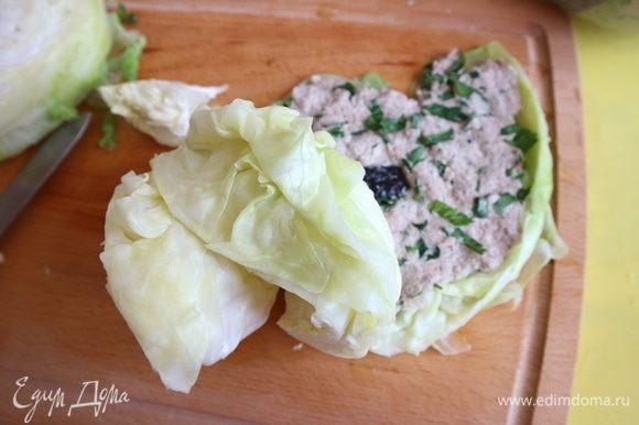Отогнуть верхний лист половинки кочана, намазать мясной начинкой.