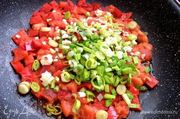 Томить овощи в сковороде до выпаривания сока, добавить чеснок и лук.