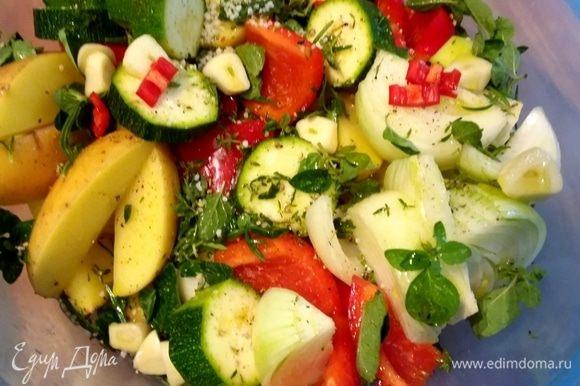 Все овощи помыть, очистить и обсушить бумажным полотенцем. Картофель (если он молодой) можно приготовить со шкуркой. Нарезать все овощи на крупные кусочки. Сложить в миску, посолить, поперчить и добавить пряные травы: тимьян, розмарин, орегано, базилик. Вы можете использовать свои любимые свежие или сухие травы. Чеснок при желании можно раздавить в кашицу (я нарезала чеснок на крупные кусочки). Все ингредиенты смешать с оливковым маслом, накрыть плотно крышкой и оставить мариноваться на несколько часов. Периодически перемешивать.