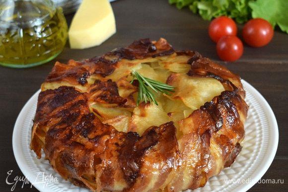 Пирог поставить в духовку (200°C) на 30 минут. Затем сбавить температуру до 180°C и запекать еще 30–40 минут. Пирог немного остудить, извлечь из формы. Разрезать и подавать со свежими овощами и зеленью. Приятного аппетита!