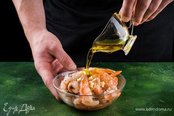 Чтобы креветки получились более насыщенного вкуса, замаринуем их на 10–15 минут. Для этого маринада в растительное масло (лучше оливковое) добавляем тертый чеснок по вкусу, немного соли и молотого душистого перца.