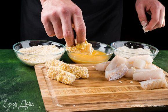Запанируйте рыбу в муке, потом в яйце и в сухарях. Приготовьте таким образом все палочки, раскладывая их на небольшом расстоянии друг от друга.