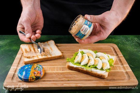 Первый кусок хлеба намазываем сливочным сыром, кладем сверху салат, яйцо. Второй кусок намазываем паштетом.