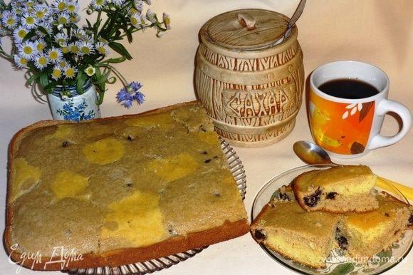 Пирогу дать остыть в форме, затем выложить на блюдо. Разрезать пирог на порции и подать к чаю или кофе. Угощайтесь, приятного аппетита!